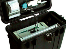 The lid holds the optinal printer and antennas for GPS and communication.
